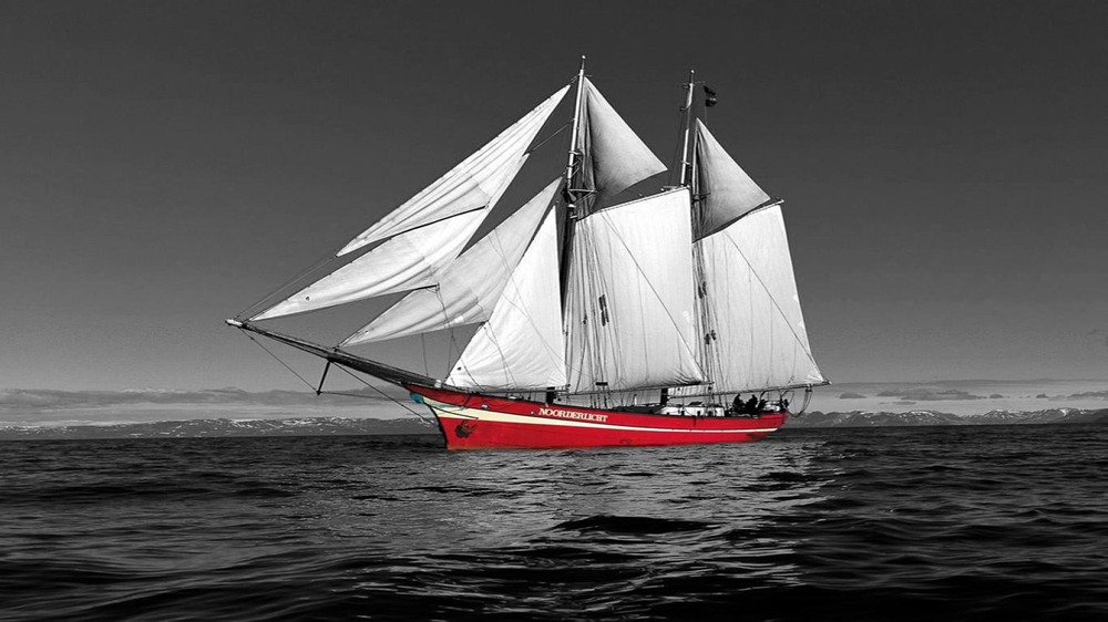 red-sailing-boat,1366x768,28627